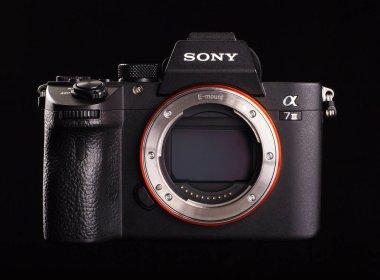 Sony Alpha a7 III - mirrorless digital photo camera body