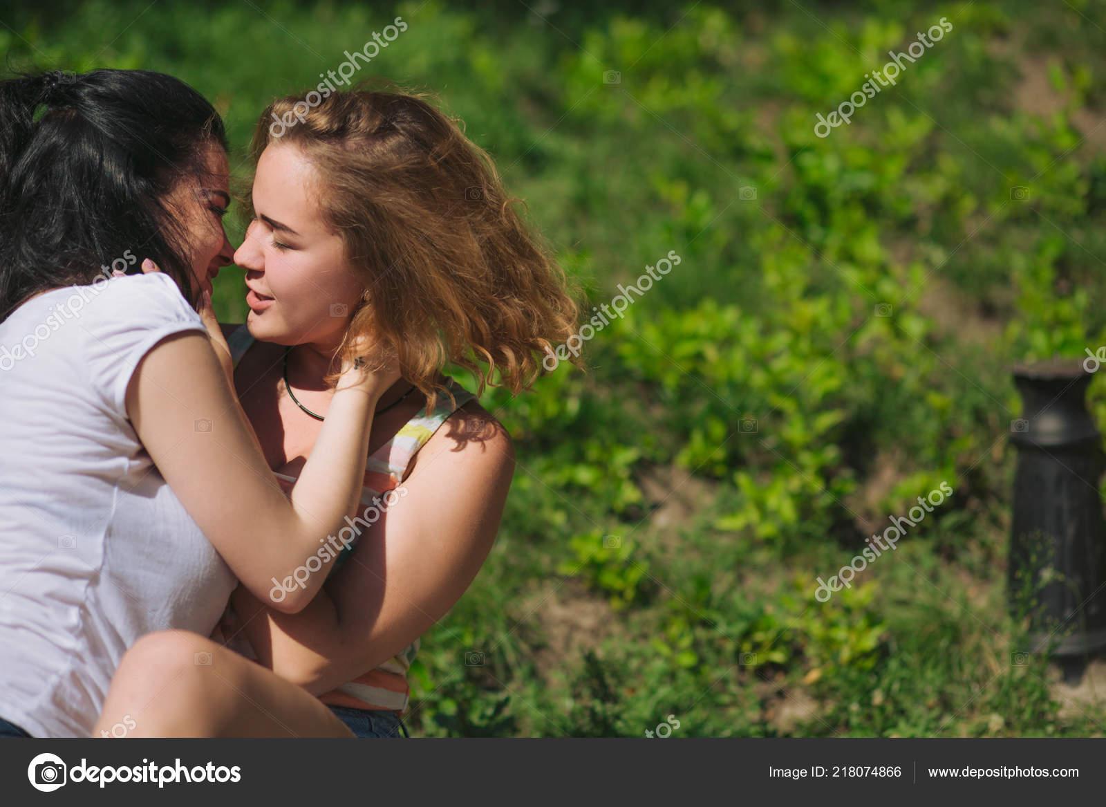 Картинки девушки целуют друг друга