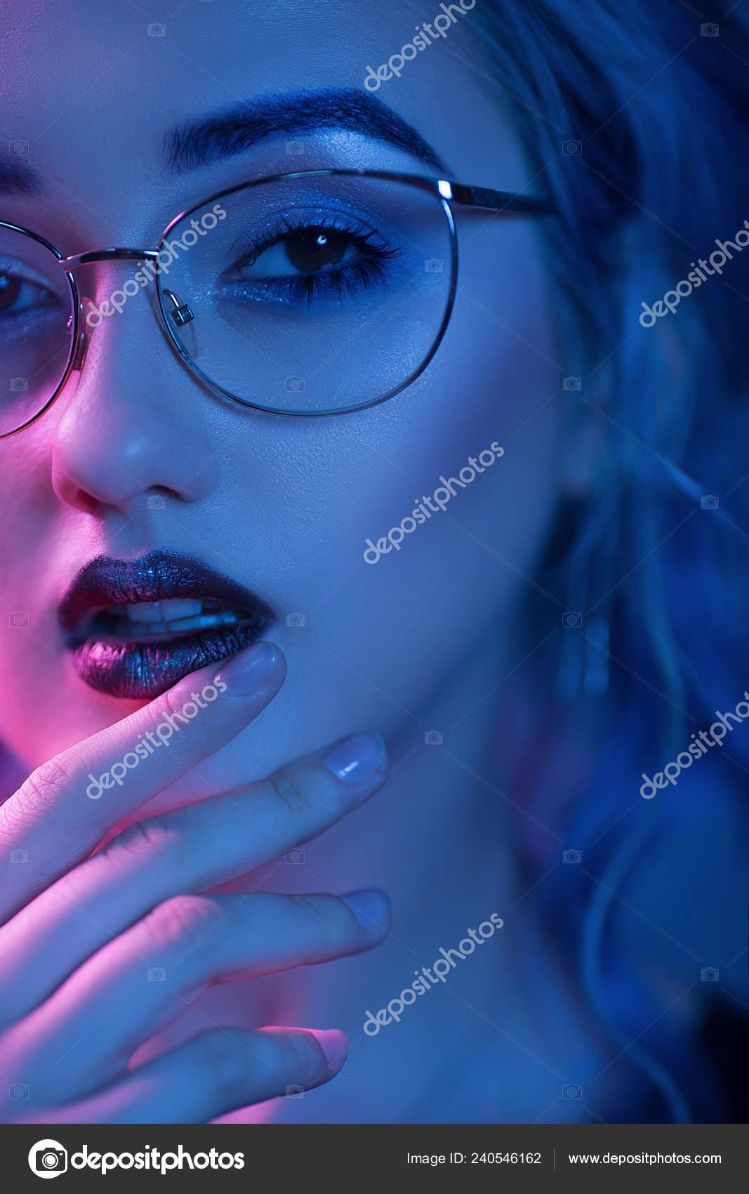 d12ac3e98341 Σέξι γυναίκα σε ποτήρια με Βραδινό μακιγιάζ — Φωτογραφία Αρχείου ...