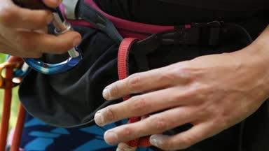 Klettergurt Seil Befestigen : Händen befestigen karabiner in bergsteiger gurt u2014 stockvideo