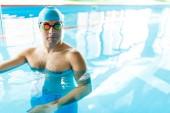Kép a sportoló kék gumi sapkát, és nézett medence kamera szemüveg