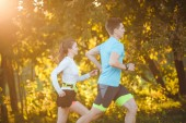 Fotografia Foto di giovane atleta donna e uomo che corre nel parco