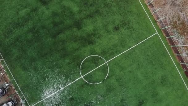Luftaufnahme vom Amateurfußballplatz. 4k Filmmaterial