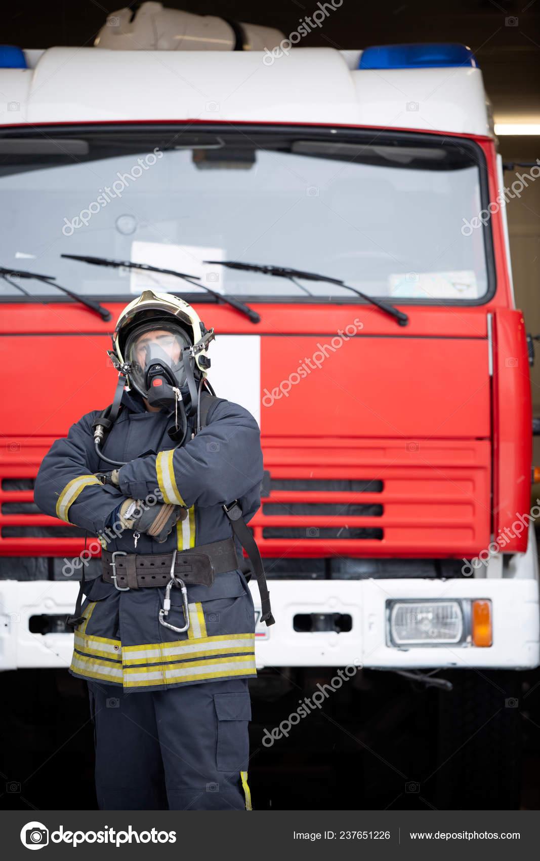 mignonne style actuel dans quelques jours Photo de pompier de l'homme au masque de gaz près de camion ...