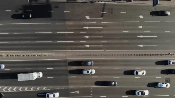 nákladní automobily a auta jezdíjet po šedé silnici s bílými šipkami