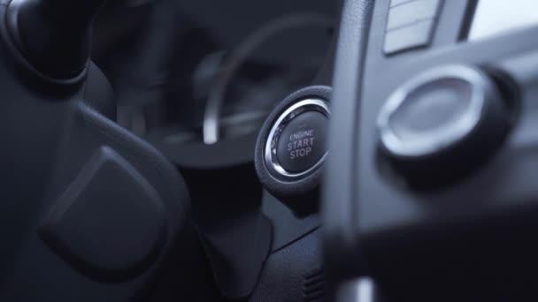 ember megnyomja a motor Start gomb sebességmérő megvilágítja