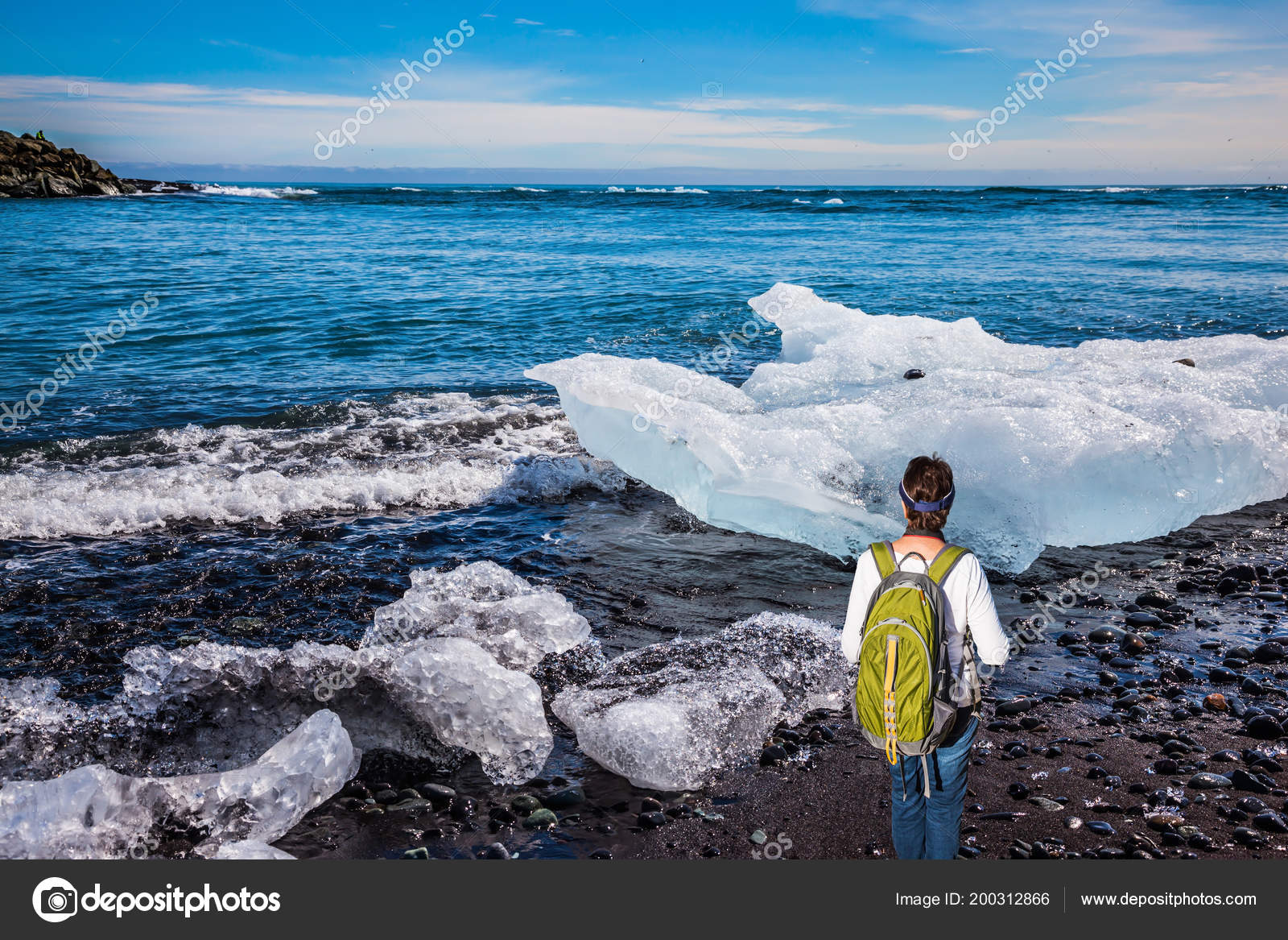 Elderly Woman Tourist Backpack Admires Ice Ocean Ocean Coast Ice — Stock  Photo 008903cd559af