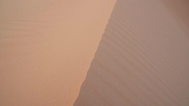 Vítr honí písku nad krásnou duny pouště Rub al Kali před západem slunce Spojené arabské emiráty stopáže videa
