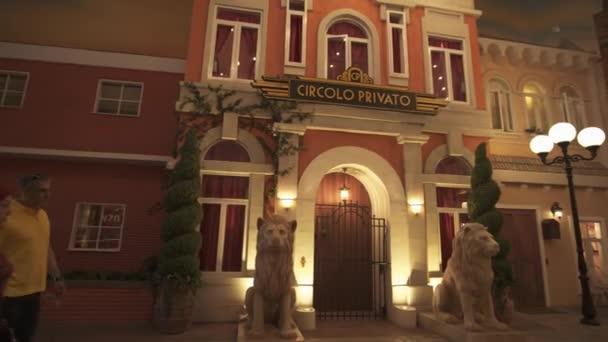 Ulice Italská kaváren a obchodů v zábavním parku Ferrari World Abu Dhabi stopáže videa