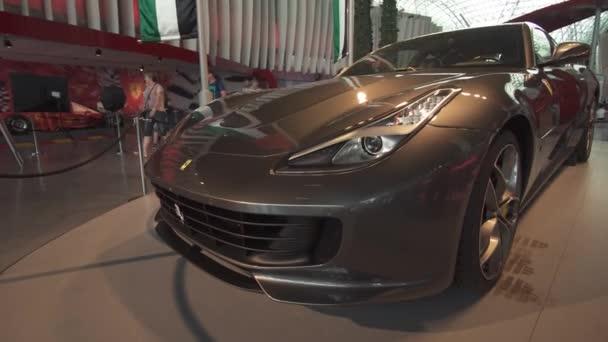 Výstava auto v zábavním parku Ferrari World Abu Dhabi stopáže videa