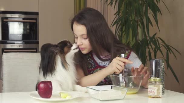 Dospívající dívka se psem Papillon připravit soubory cookie, Uhněteme těsto stopáže videa