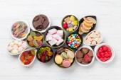 Színes cukorkák. Nyalókák, macaroons, fehérmályva, lekvár és cukorka. Szemközti nézet