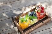 frische Limonadengläser mit Sommerfrüchten und Beeren