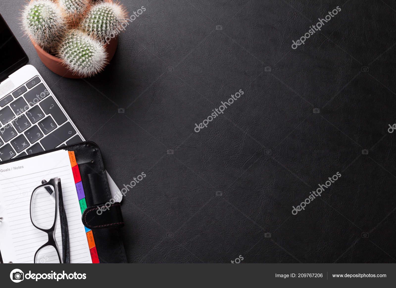 Table bureau noir avec fournitures ordinateur portable poser plat