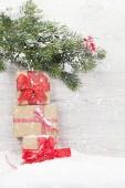 Weihnachts-Geschenk-Boxen und Xmas Tanne Zweig. Mit Platz für Ihre Grüße anzeigen