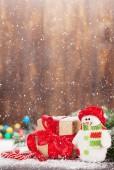 Weihnachtsgeschenkschachtel, Zuckerstangen, Schneemannspielzeug und Tannenbaum. Weihnachtsgrußkarte mit Kopierplatz