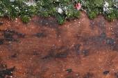 Fotografie Vánoční jedle strom větev věčným sněhem na dřevěné pozadí. Pohled shora Vánoční pozadí s místem pro vaše pozdravy