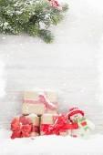 Karácsonyi ajándék dobozok, hóember játék és fenyő fa ága. Nézd a hely részére a Üdvözlet