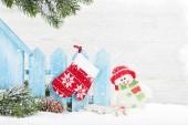 Karácsonyi hóember játék, decor, és fenyő fa ága. Karácsonyi üdvözlőlap számára van hely a Üdvözlet