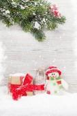Weihnachten Schneemann Spielzeug, Geschenk-Box und Tannenbaum Zweig. Weihnachts-Grußkarte mit Platz für Ihre Grüße
