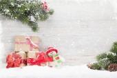Weihnachts-Geschenk-Boxen, Schneemann Spielzeug und Tannenbaum Zweig. Blick mit Platz für Ihre Grüße
