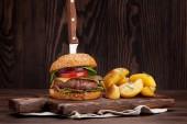 Chutné grilované domácí udělaný hamburger vaření s hovězí, rajčata, sýr, okurka a hlávkový salát. S prostorem pro váš text