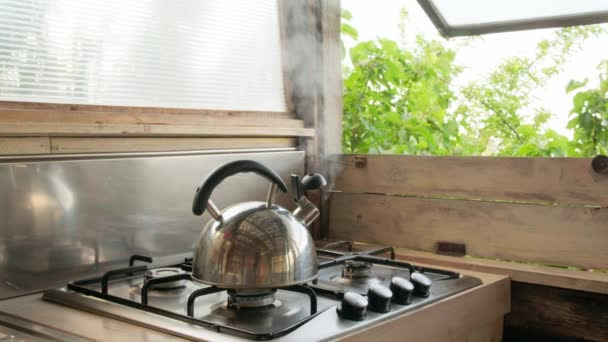 Pára vycházející z konvice v letní venkovské kuchyni.