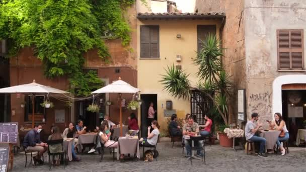 Unbekannte besuchen nach Ende der Sperrung Freiluft-Café in Rom