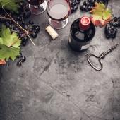 Wein mit Trauben, Blättern und Korken auf dunklem Hintergrund, Kopierraum, flache Lage
