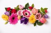Kreativní vzhled vyrobený z krásných květin na bílém pozadí.