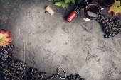 Weinkomposition auf dunklem rustikalem Hintergrund