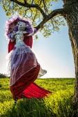 Fotografie Pohádka žena na chůdách v světlé fantasy stylizaci. Venkovní fotografie výtvarného umění