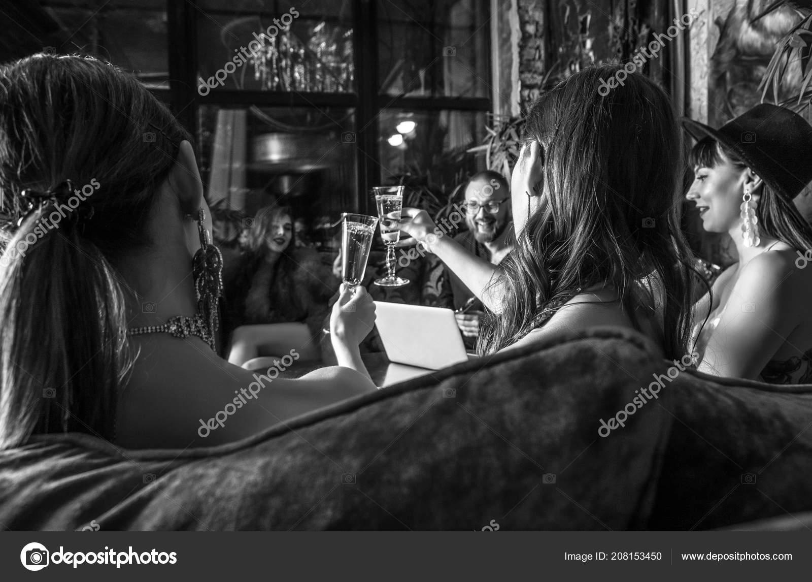 daafd4b982f Grupo Jovens Elegantes Vestidos Estilo Clássico Interior Clube Luxo —  Fotografia de Stock