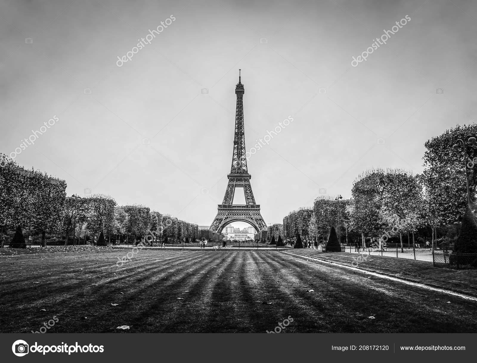 eiffelturm paris einem regnerischen herbstabend schwarz wei foto stockfoto innervision. Black Bedroom Furniture Sets. Home Design Ideas