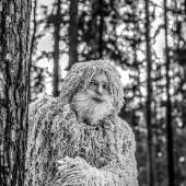 Fotografie Yeti pohádky postava v zimním lese. Venkovní fantasy černo bílé fotografie