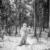 Yeti pohádky postava v zimním lese. Venkovní fantasy černo bílé fotografie