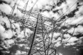 Pylon přenosu elektřiny proti modré obloze za soumraku