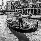 Benátky, Itálie - 19. srpna 2016: Tradiční gondoly na úzkým průlivem detail 19 srpna 2016 v Benátky, Itálie