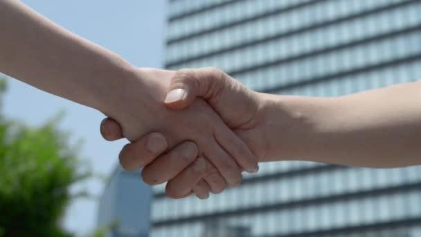 Handshake mezi mužem a ženou. Obchodní koncept