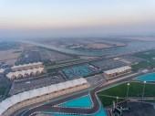 Fotografie Ostrov Yas, Abu Dhabi. Letecký pohled na město pronájem okruhu za soumraku, Spojené arabské emiráty