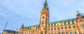 Altes Rathaus am Rathausmarkt in Hamburg in der Nacht - Deutschland.