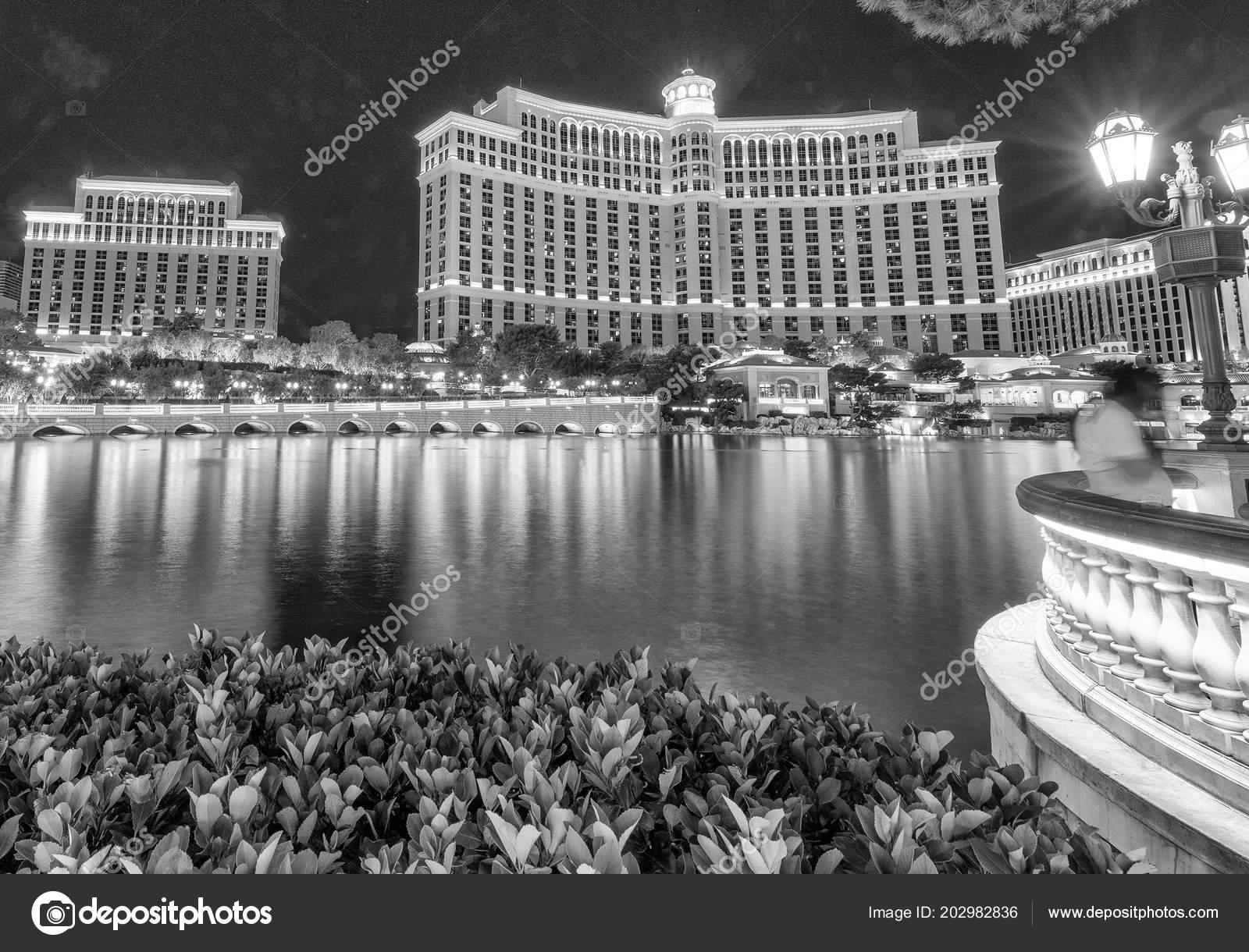 Vista Exterior Del Hotel Fuentes Noche Las Vegas Foto Editorial De - Fuentes-exterior