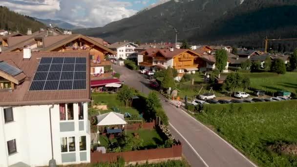 Letecký pohled na panoráma města Dobbiaco a údolí, Italské Alpy