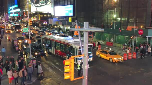New York City - 15. června 2013: provoz na Times Square v noci