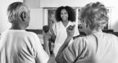 Fotografie Ältere paar machen Übungen im Reha-Einrichtung Fitnessraum