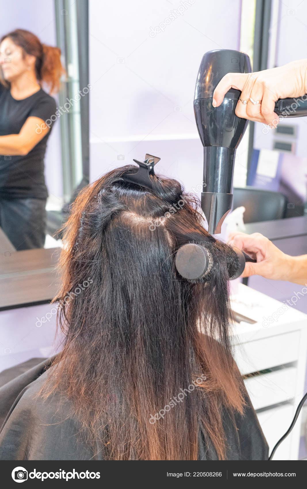Closeup Friseur Macht Frisur Fur Frau 40er Jahren Beauty Salon