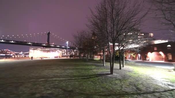 Noční pohled na Brooklyn a Manhattan Bridge od Brooklyn Bridge Park, New York City v zimě