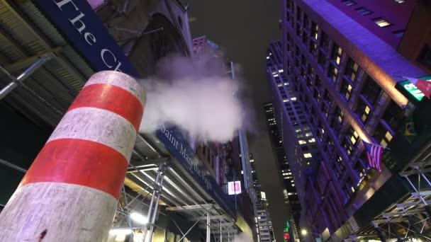 New York City - prosinec 2018: Šachta s kouře v noci. To je typické ve městě