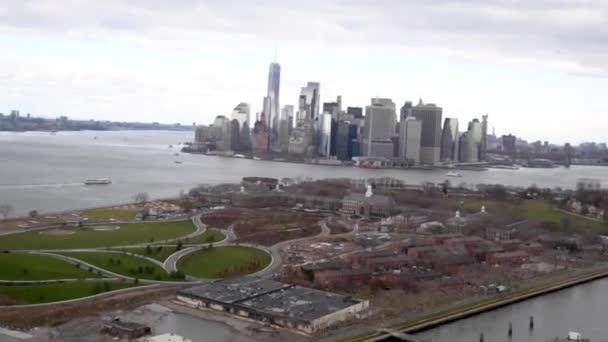 Letecký pohled na Governors Island a dolní Manhattan z helikoptéry, New York City