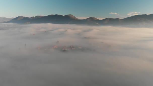 Panoramatický letecký pohled na horské scénář s mlhou